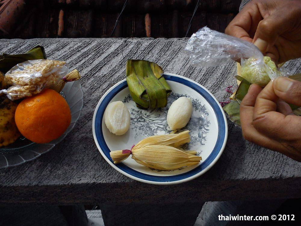 Угощение нас подношениями | Духовный мир острова Бали