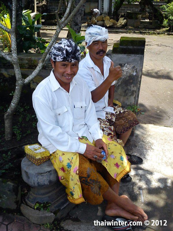 Взрослые в храме | Духовный мир острова Бали